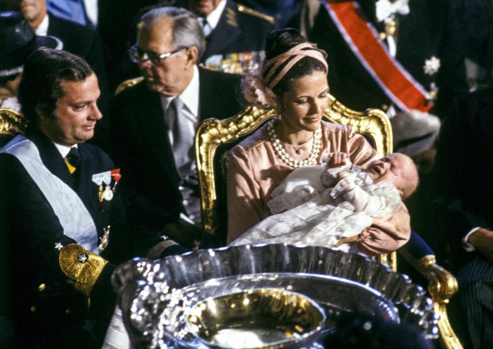 DEN GANG DA: I 1979 ble prins Carl Philip døpt i Slottskyrkan i Sverige. Han fikk navnet Carl Philip Edmund Bertil. Både far og sånn har fått navnet Bertil - oppkalt etter kong Carl Gustafs onkel Bertil som prins Carl Philip så på som en reservepappa. Han gikk bort i 1997. Foto: NTB Scanpix