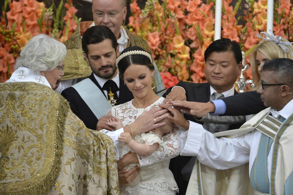 MARKERING: Erkebiskop Antje Jackelén, prins Carl Philip, prisesse Sofia med prins Alexander, med fadder Jan-Åke Hansson, pastor Michael Bjerkhagen under prinsens dåp i Drottningholms slottskyrka fredag formiddag. Foto: NTB Scanpix