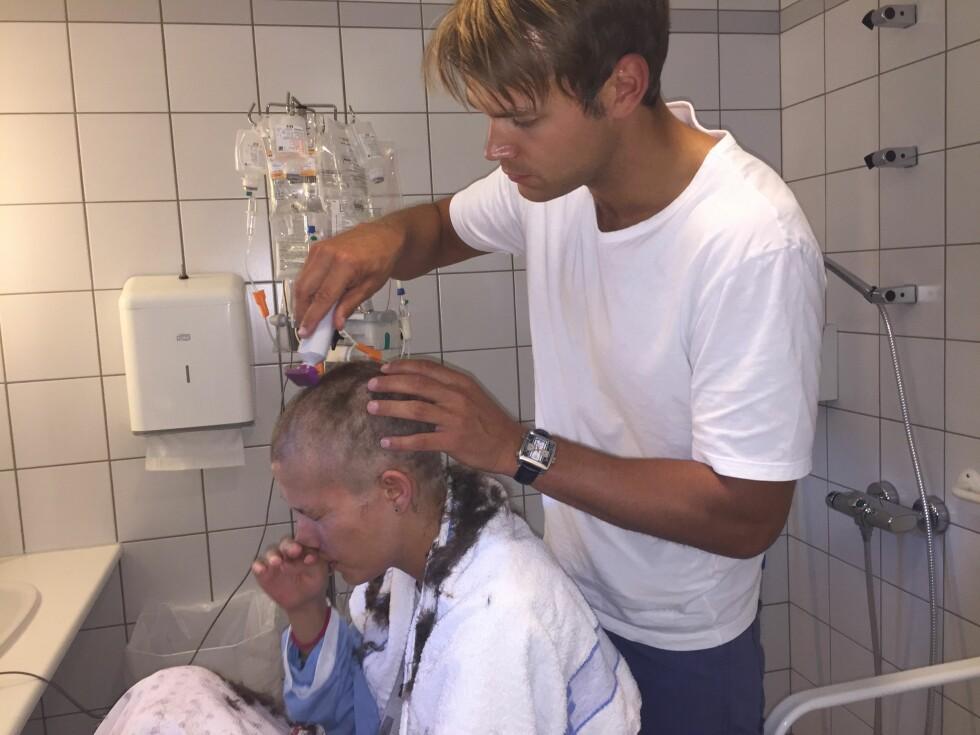 Margrethe har store smerter etter transplantasjonen, og hun mister håret. Kjæresten Andreas barberer av tustene.  Foto: Privat