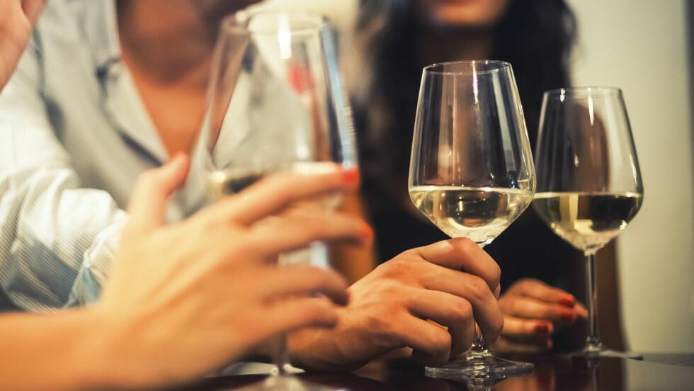 DRIKKER FOR MYE ALKOHOL: Drikker kjæresten eller en god venn i overkant mye alkohol? Her får du tips til hvordan du kan si ifra.  Foto: Shutterstock / archimede