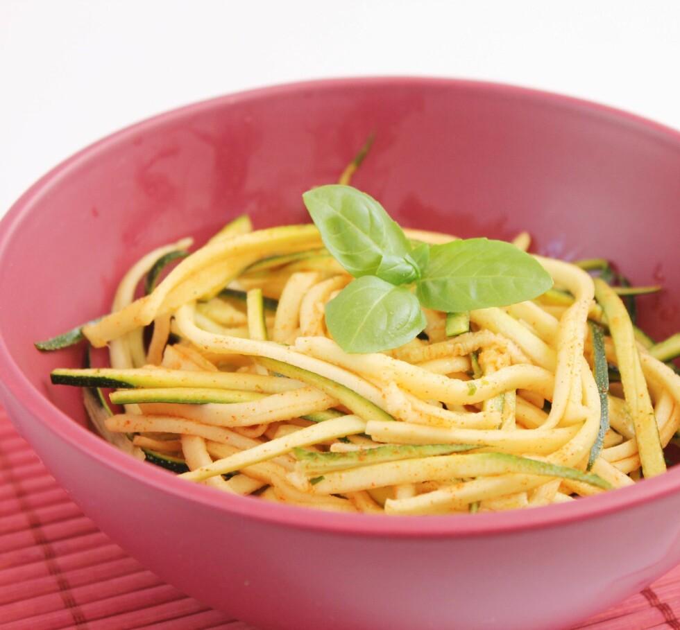 ZOODLES: Den sunneste pastaen lager du helt selv av zucchini!  Foto: imago/CHROMORANGE/ All Over Press