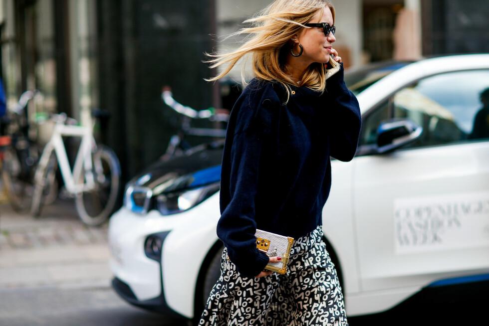 Pernille Teisbaek ankommer visning i skjørt fra Lovechild, veske fra Louis Vuitton og solbriller fra Gucci. Foto: Scanpix