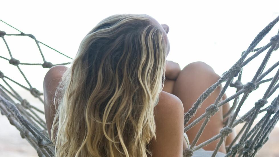 FRA PUDDEL TIL STRAND: Selv om permanenten er tilbake, er det ikke puddelrock-sveisen eller de typiske Carrie Bradshaw-krøllene folk vil ha, men en naturlig «rett fra stranda»-look.   Foto: Shutterstock / luxora