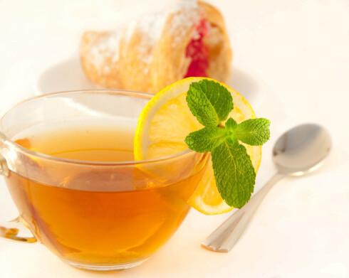 VEKK ME'N: Varm drikke med sitron og hnning knekker forkjølelsen. Foto: Colourbox.com