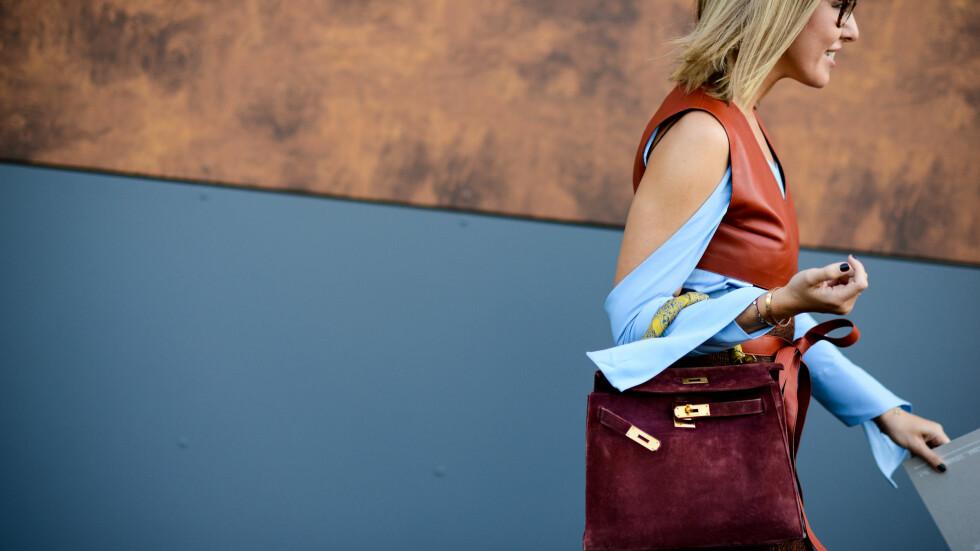 TRENDRAPPORT: Vi har tatt for oss noen av høstens stylingtrender, og en av dem er å bruke vesken din på en kreativ måte! Sjekk ut alle bildene fra catwalken lengre ned. Foto: Zuma Press