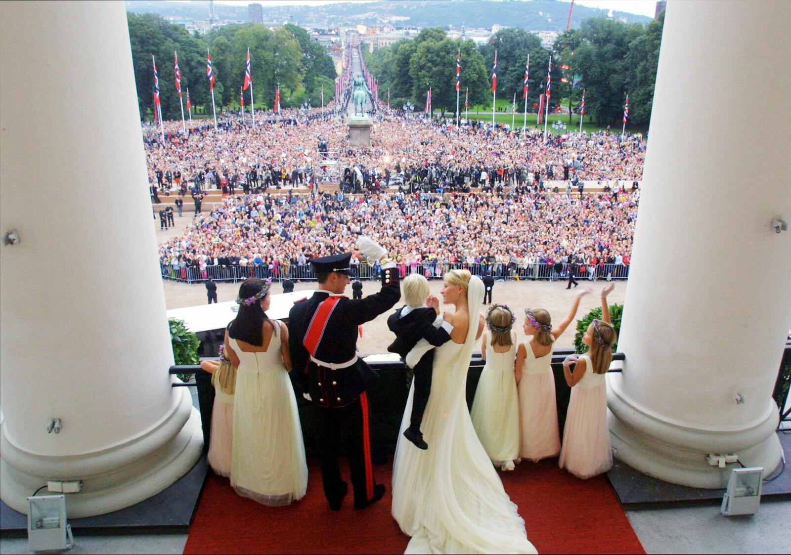 19 ÅR SIDEN: Kronprins Haakon og Mette-Marit Tjessem Høiby giftet seg i Oslo Domkirke lørdag 25. august 2001, og hilste på folket fra slottsbalkongen etter vielsen. Foto: NTB Scanpix