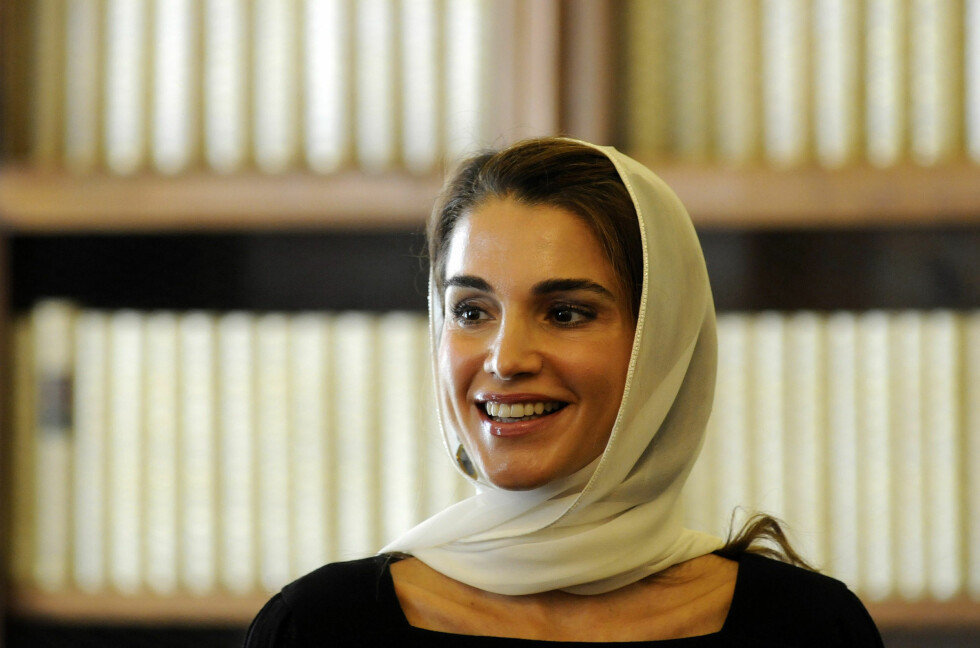 VED SPESIELLE ANLEDNINGER: I likhet med de fleste andre respekterer dronning Rania tradisjoner og etikette. Da hun møtte pave Francis i Vatikanene i 2013 for å diskutere Midtøsten-krisen bar hun skaut. Foto: NTB Scanpix