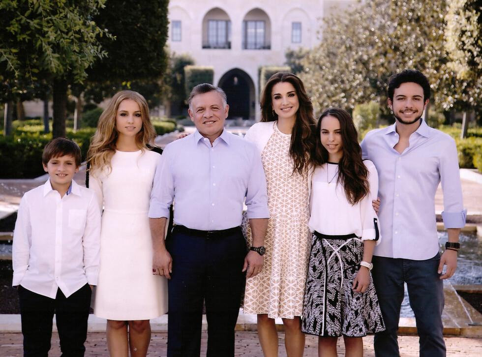 MODERNE KONGEFAMILIE: Kong Abdullah II og dronning Rania med barna prins Hashem (11), prinsesse Iman (19), prinsesse Salma (15) og kronprins Hussein (21) utenfor deres hjem i Amman i Jordan. Foto: NTB Scanpix