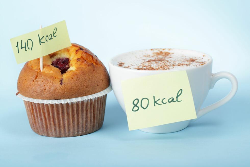 GLEMTE KALORIER? Mange av oss «glemmer» eller skjuler mye av det vi spiser i løpet av dagen, men det kan også handle om at vi rett og slett ikke er klar over hvor mange kalorier maten inneholder.. Foto: Shutterstock / Lilyana Vynogradova