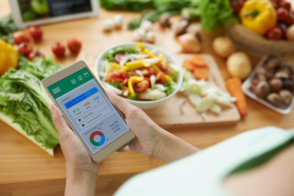 <strong>REGISTRER INNTAKET:</strong> Både Hjelmesæth og Lied mener du gjør lurt i å notere ned inntaket ditt, for eksempel ved hjelp av en app som også kan regne ut kaloriene. Foto: Shutterstock / Dragon Images