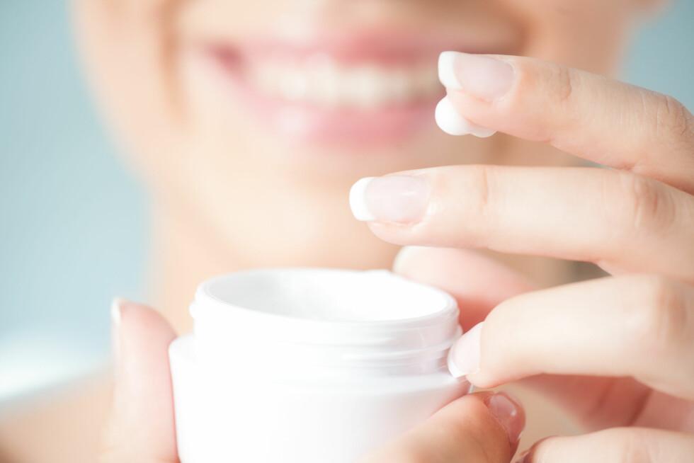 HUSK ANSIKTSKREMEN: Huden din trenger fuktighet! Slik forhindrer du også fine linjer og tørr hud i ansiktet. Foto: Shutterstock / luminast