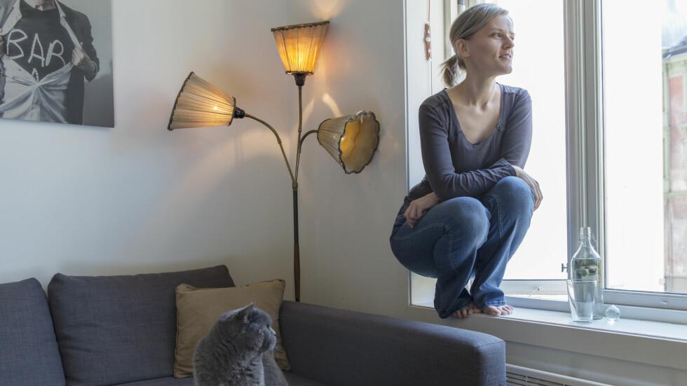 GOD PSYKISK HELSE:  – Kroppen er syk, men jeg har aldri hatt det så godt psykisk, mener Kristine Nilsen Oma (42) i Bergen. Her sammen med sin 13 år gamle katt Renge. Foto: Silje Holte