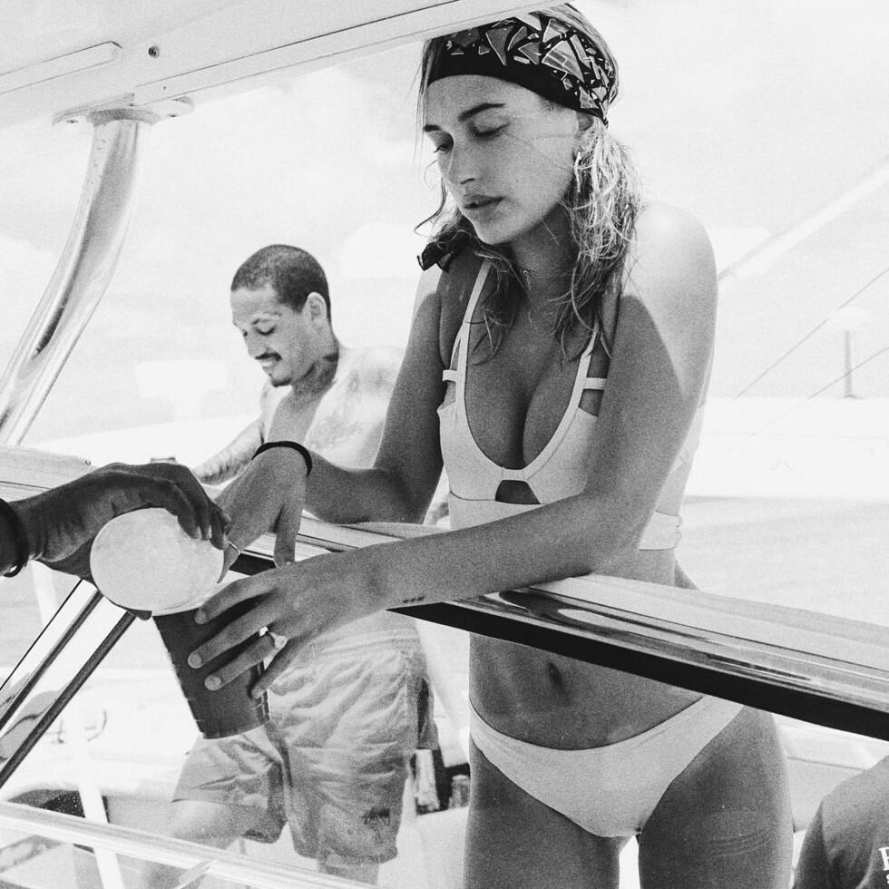 Hailey Baldwin, så superfresh ut med cut-out bikini og bandana rundt hodet. Foto: SipaUSA