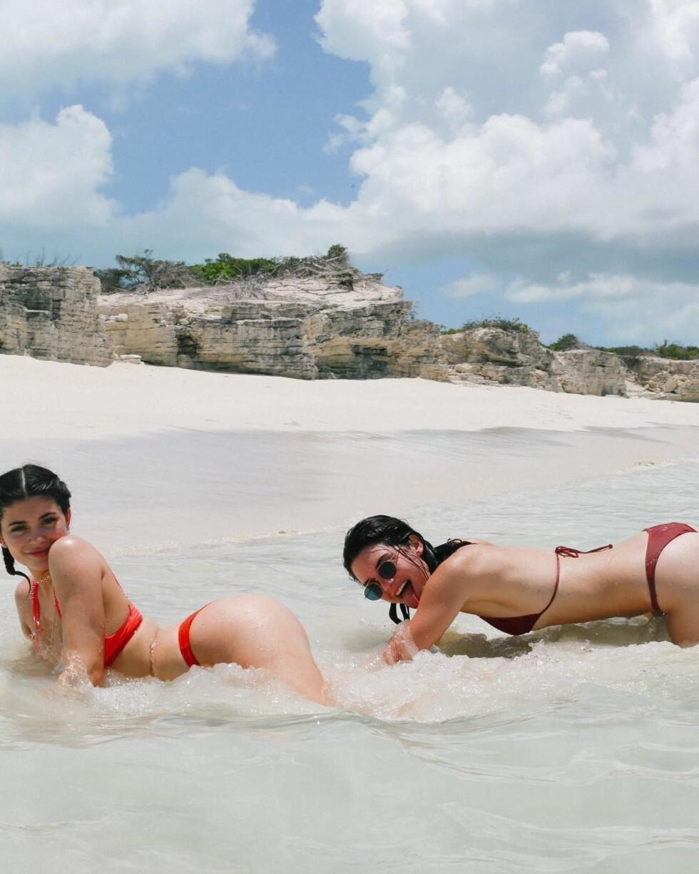 Søstrene Jenner så ut til å ha det mer enn gøy i vannet i det de poserte i vannkanten. Foto: SipaUSA