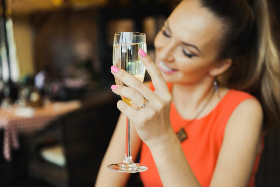 PÅ EN SNURR: Studier har vist at bobler faktisk kan gjøre deg raskere full. Men er det det samme om du drikker champagne eller prosecco? Foto: Shutterstock / ginger_polina_bublik