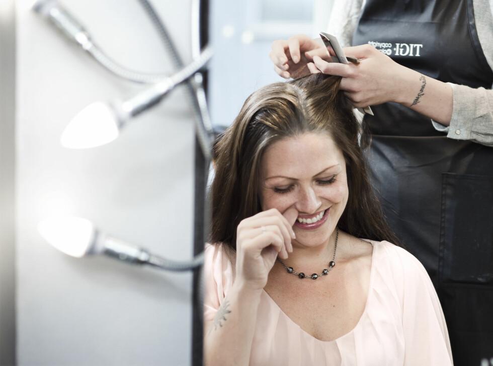 <strong>GRÅ HÅR:</strong> Det har kommet noen flere grå hår siden sist, konstater frisør Anniken Sagmoen.  Foto: Astrid Waller