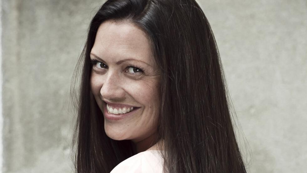 <strong>GRÅ TIDLIG:</strong> Anja Renée Eriksen (34) har langt, brunt hår. Men allerede i 20-årene dukket de første grå stråene opp i den skinnende manken.  Foto: Astrid Waller
