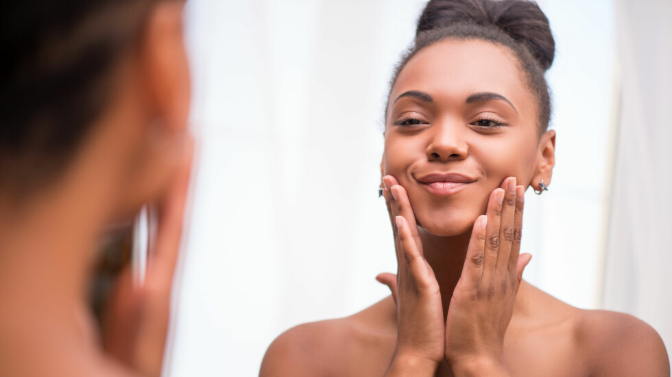 ANSIKTSOLJER: Det er flere positive sider ved å ta i bruk ansiktsoljer på ansiktet! Ekspertene forklarer deg hvorfor lengre ned i saken. Foto: Shutterstock / Dmytro Zinkevych