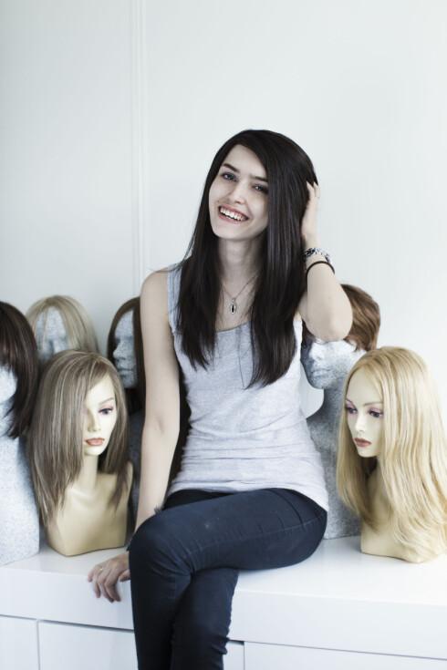 NY PARYKK: Sofia Graff av Øhr (20) har etter tre måneders ventetid fått ny parykk laget av ekte hår. Det er umulig å la være å ta på det. Foto: Astrid Waller