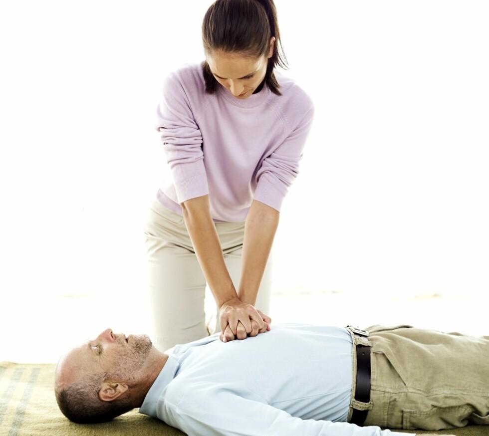 LIVREDDENDE FØRSTEHJELP: Det er ekstremt viktig å vite hva du skal gjøre dersom noen i nærmheten av deg får hjerteinfarkt.  Foto: Thjnkstock