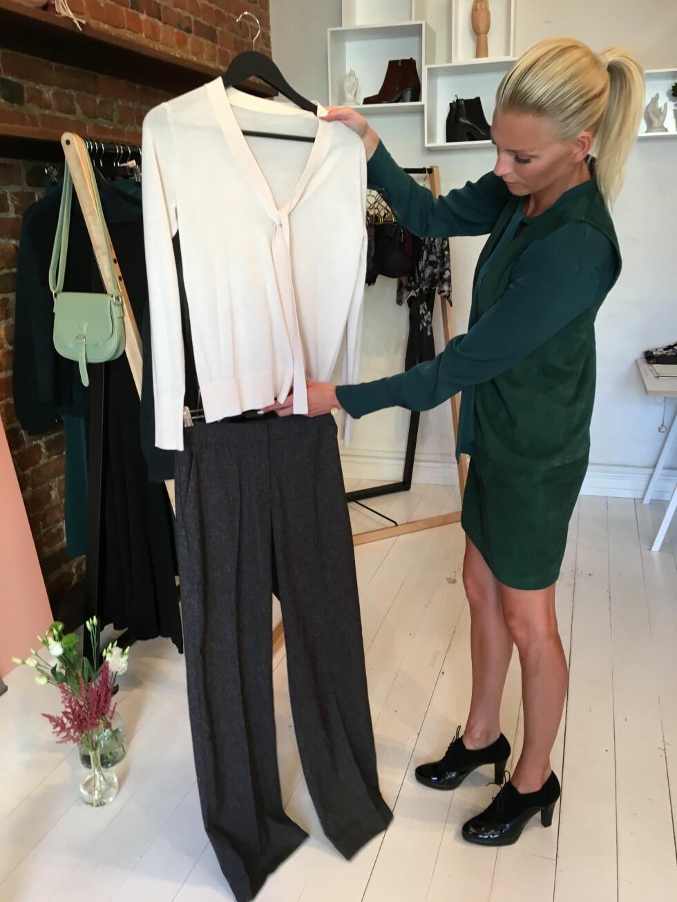 DRESSBUKSEN: Et par vide bukser kan kombineres med det meste. I høst bruker vi den sammen med en matchende jakke og et par sneakers. Foto: KK.no