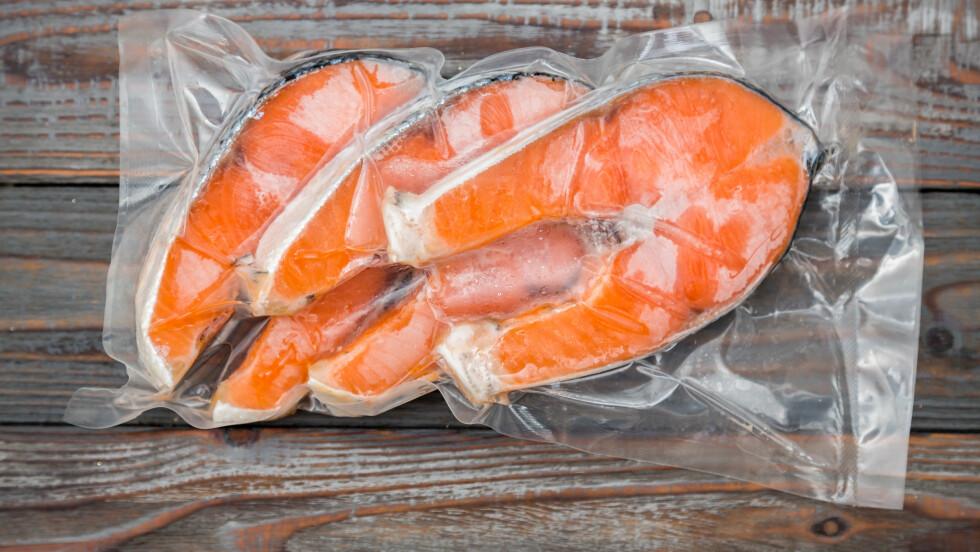 PAKK OG FRYS RIKTIG: Fryst kjøtt, fisk og grønt holder ikke evig. Pakk riktig i tett emballasje og merk varene så du har koll på når de bør brukes og hva som har ligget lengst.  Foto: Scanpix