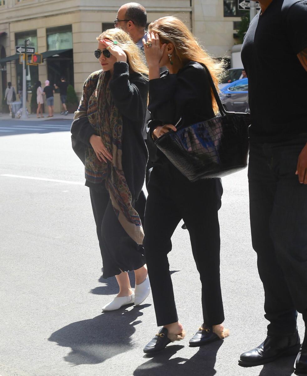 VISER SEG SJELDENT: Mary-Kate og Ashley Olsen dekker ofte til ansiktet når det vandrer i New Yorks gater. Foto: Splash News