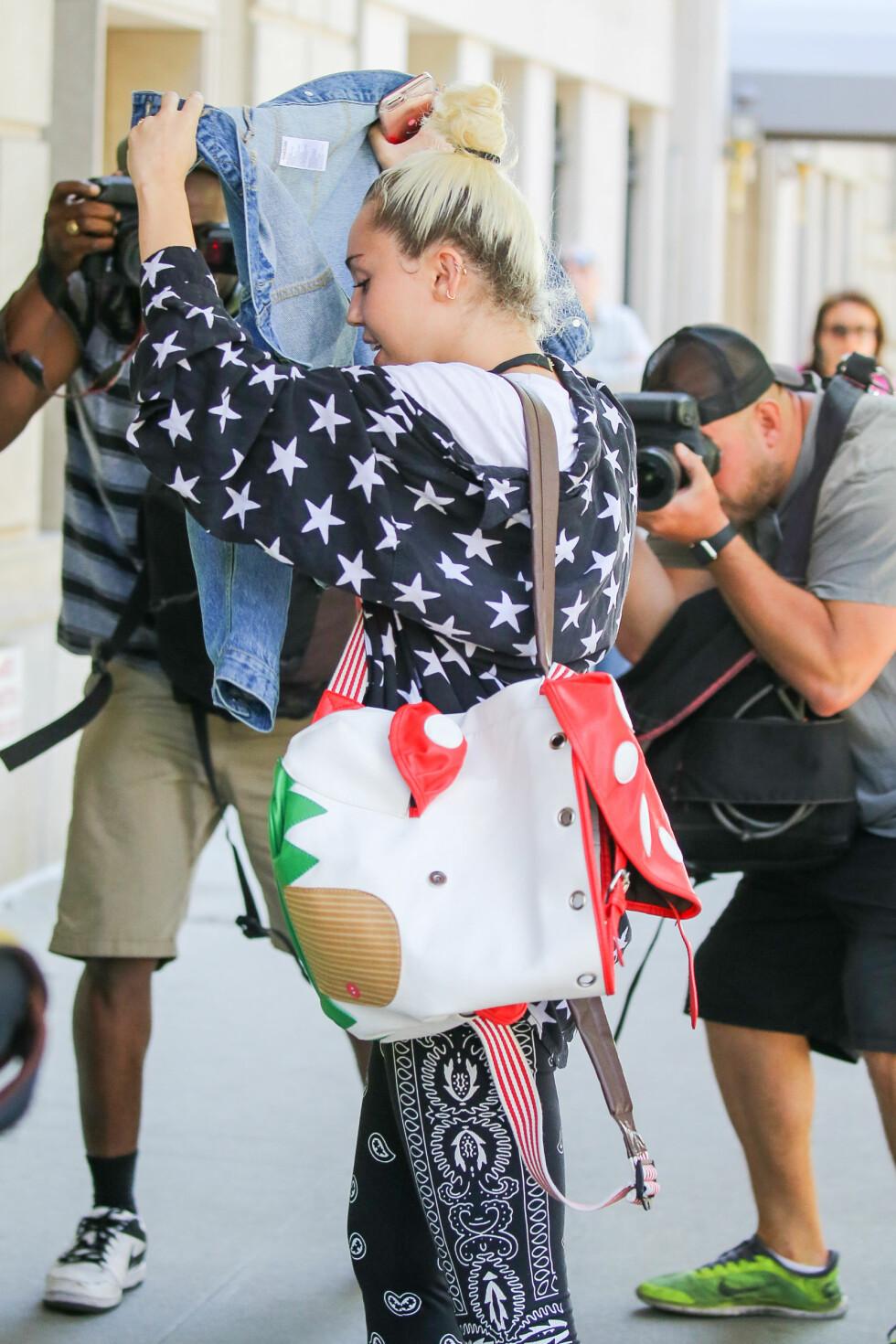 BRUKTE JAKKA: Miley Cyrus ville heller ikke bli fotografert i New York, og tydde derfor til denimjakken sin. Foto: Splash News