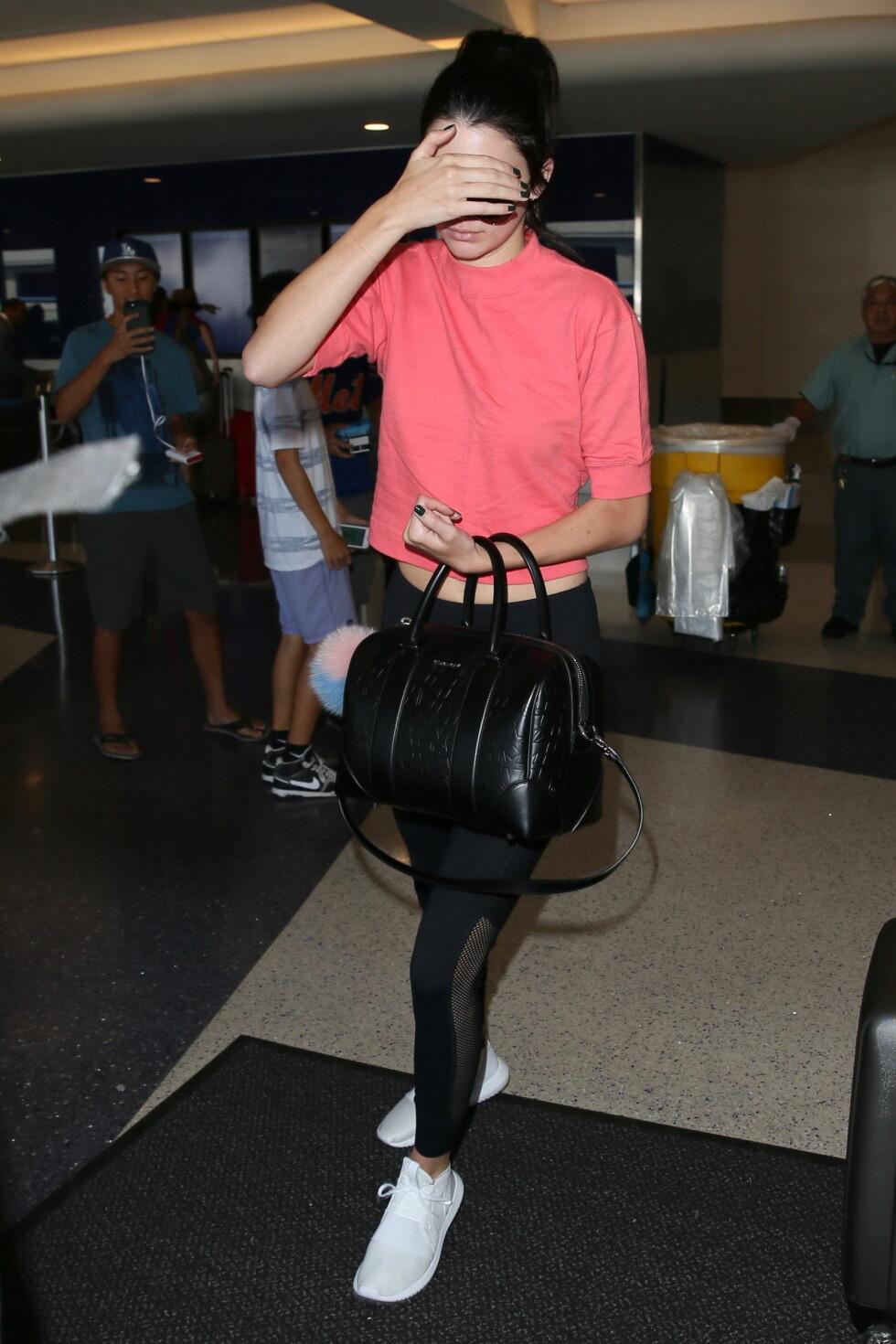 KENDALL JENNER: Hadde du nå bare hatt dette mystiske skjerfet, eller hva Kendall? Foto: wenn.com