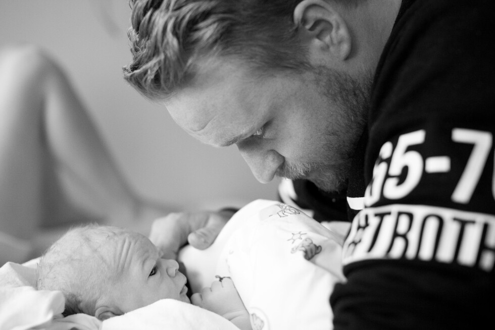 FAR OG SØNN: Også far skal stå ifokus under fødselen, og Raymond fikk mange gode og rolige øyeblikk med junior. Foto: Linn Karen Førland