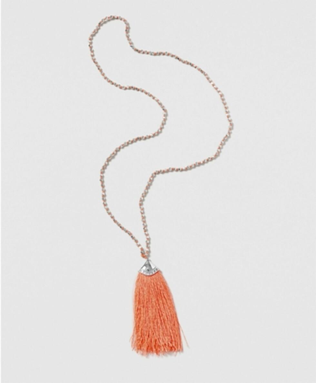 Kjede fra Gina Tricot | kr 129 | http://www.ginatricot.com/cno/no/kolleksjon/tilbehor/smykker/halsband/coral-tassel-necklace/prod503182703150.html