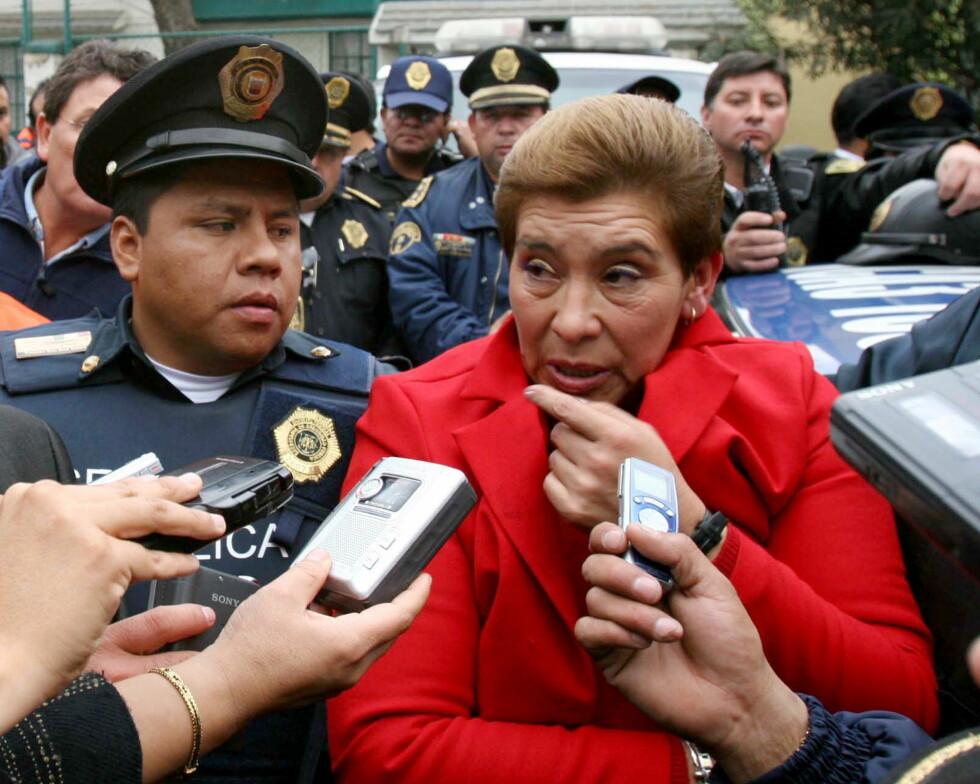 JUANA BARRAZA: Her blir «The Old Lady Killer» ledet av politiet i Mexico etter at hun ble arrestert for drapene på en rekke eldre kvinner. Foto: REUTERS