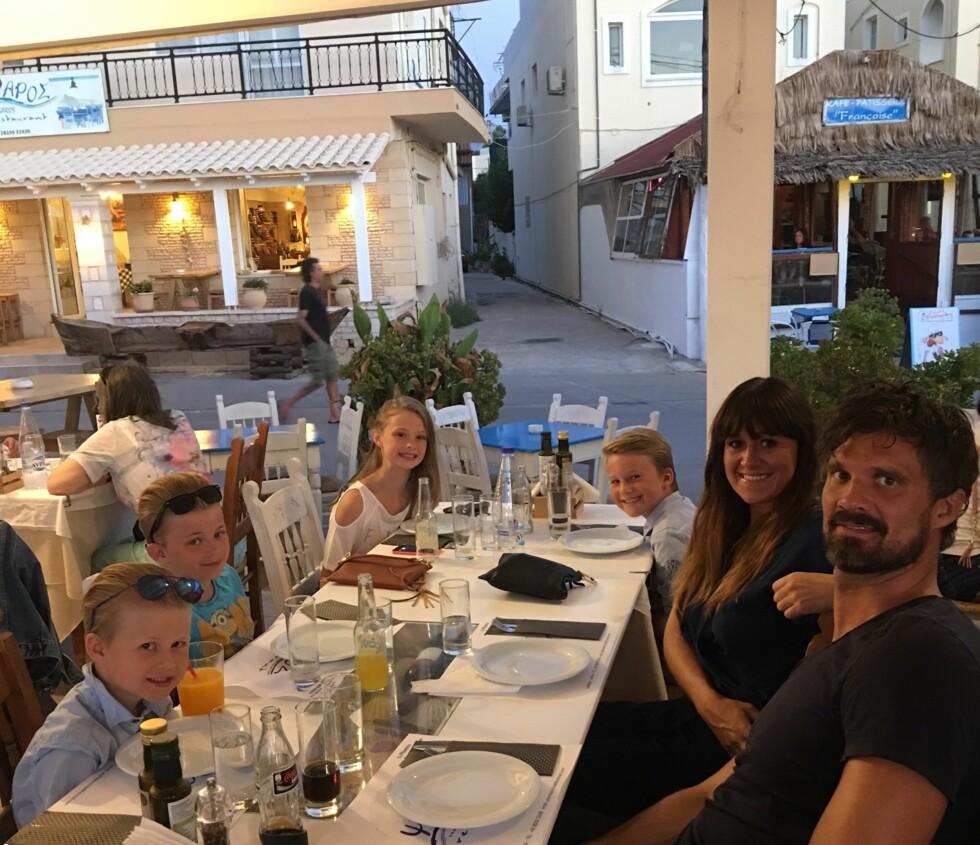 FAMILIEFERIE: Siri og Kristian på restaurant med barna under Kreta-oppholdet.  Foto: Privat