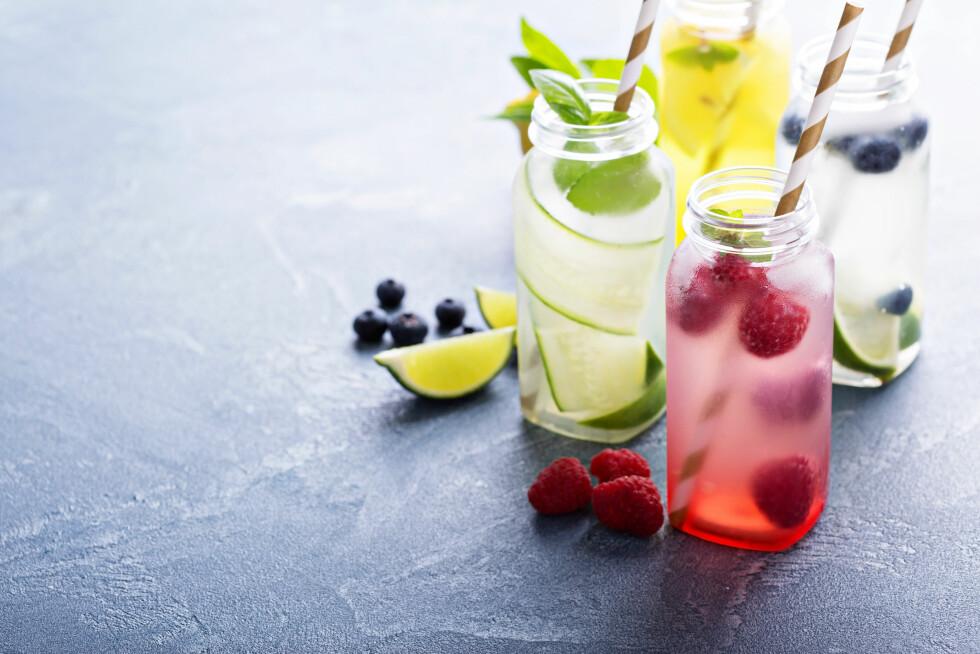 DEILIG, KALDT OG SUNT: Har du forsøkt iskaldt vann smakssatt med frisk frukt og bær? Superdeilig og veldig bra for deg!  Foto: Shutterstock / Elena Veselova