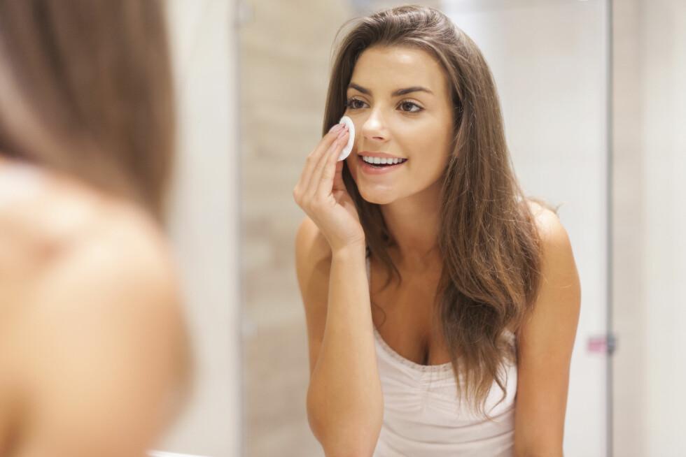 KONTURERINGSTIPS: Dersom man ønsker å konturere daglig anbefaler ekspertene gode renserutinger, sminke tilpasset din hud og moderate mengder. Foto: Shutterstock / gpointstudio