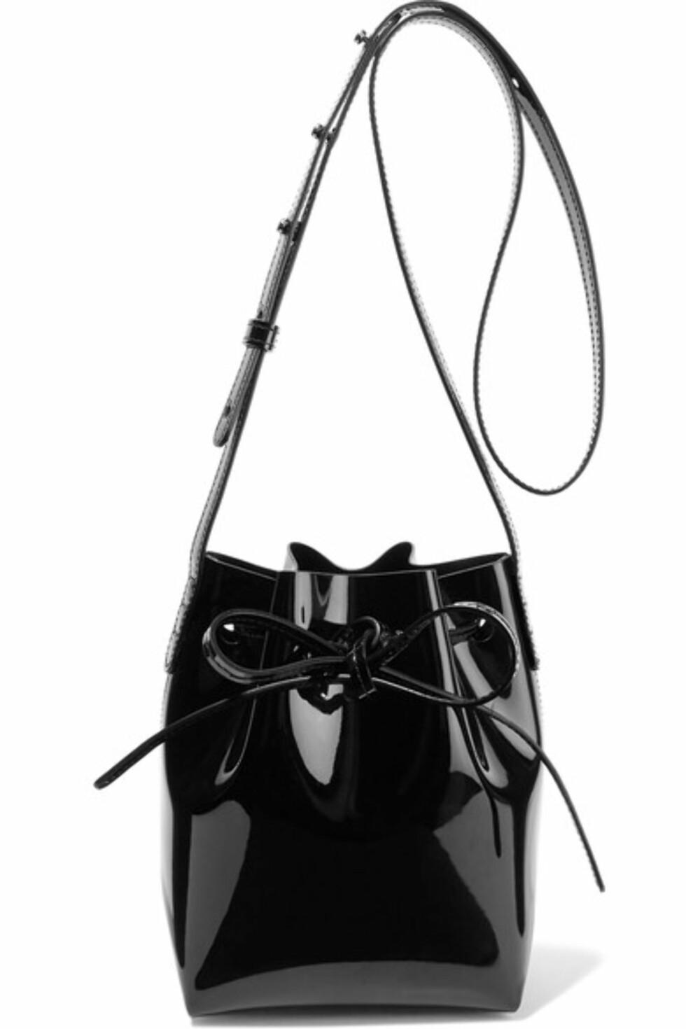 Bucket bag fra Mansur Gavriel via Net-a-porter.com | kr 3078 | https://www.net-a-porter.com/no/en/product/756416/Mansur_Gavriel/mini-mini-patent-leather-bucket-bag-