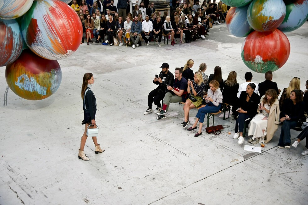 epa05473647 A model presents a creation by Danish label 'Ganni' during the Copenhagen Fashion Week SS17, in Copenhagen, Denmark, 11 August 2016. The fashion event runs from 10 to 12 August.  EPA/IDA MARIE ODGAARD DENMARK OUT Foto: Epa