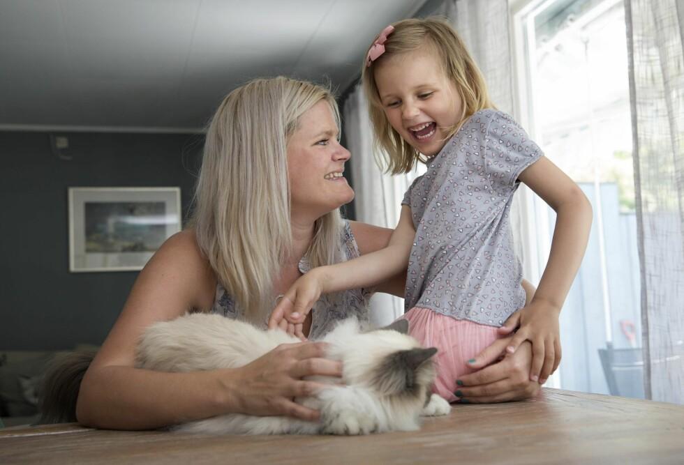 NYTT FAMILIEMEDLEM: Fem uker etter atMagnus dør, flytter pusen Molly inn. Hun har blitt en god venn for Celeste Lykke. Foto: Sverre Chr. Jarild