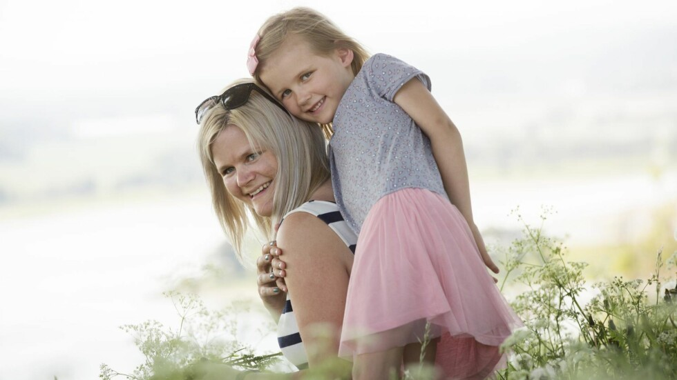 ET GODT LIV: De vil alltid savne pappa og ektemannen, men Anette og datteren Celeste Lykke velger å være lykkelige. Foto: Sverre Chr. Jarild