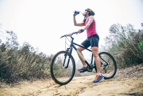 DRIKK NOK: At du får i deg mye væske er ekstra viktig om du trener når det er varmt ute. Drikk både før, under og etter treningsøkta, spesielt om du holder på i mer enn en halvtime.  Foto: Scanpix