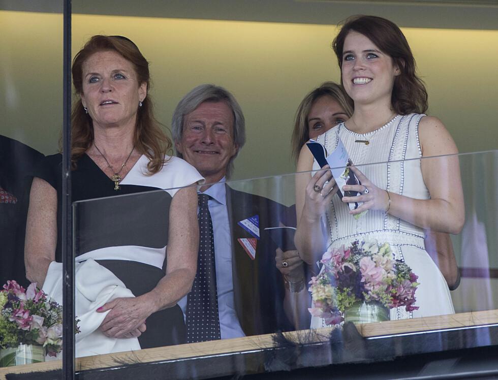 MOR OG DATTER: Sarah Ferguson hygget seg med yngstedatteren prinsesse Eugeine under The King George VI weekend på Royal Ascot. Eldstedatteren prinsesse Beatrice var opptatt med andre ting. Foto: NTB Scanpix