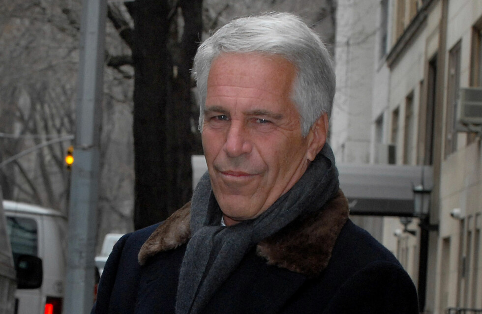 SEXFORBRYTER: Den amerikanske finansmannen Jeffrey Epstein (63) skal ha hyret inn flere mindreårige jenter og brukt dem som «sexslaver». Flere av hans mektige venner skal ha benyttet seg av hans ulovlige tjenester - deriblant prins Andrew. Han skal ha benektet at dette er tilfelle. I 2011 ble Epstein løslatt etter 18 måneders fengsel. Dette bildet er tatt kort tid etter løslatelsen. Foto: NTB Scanpix
