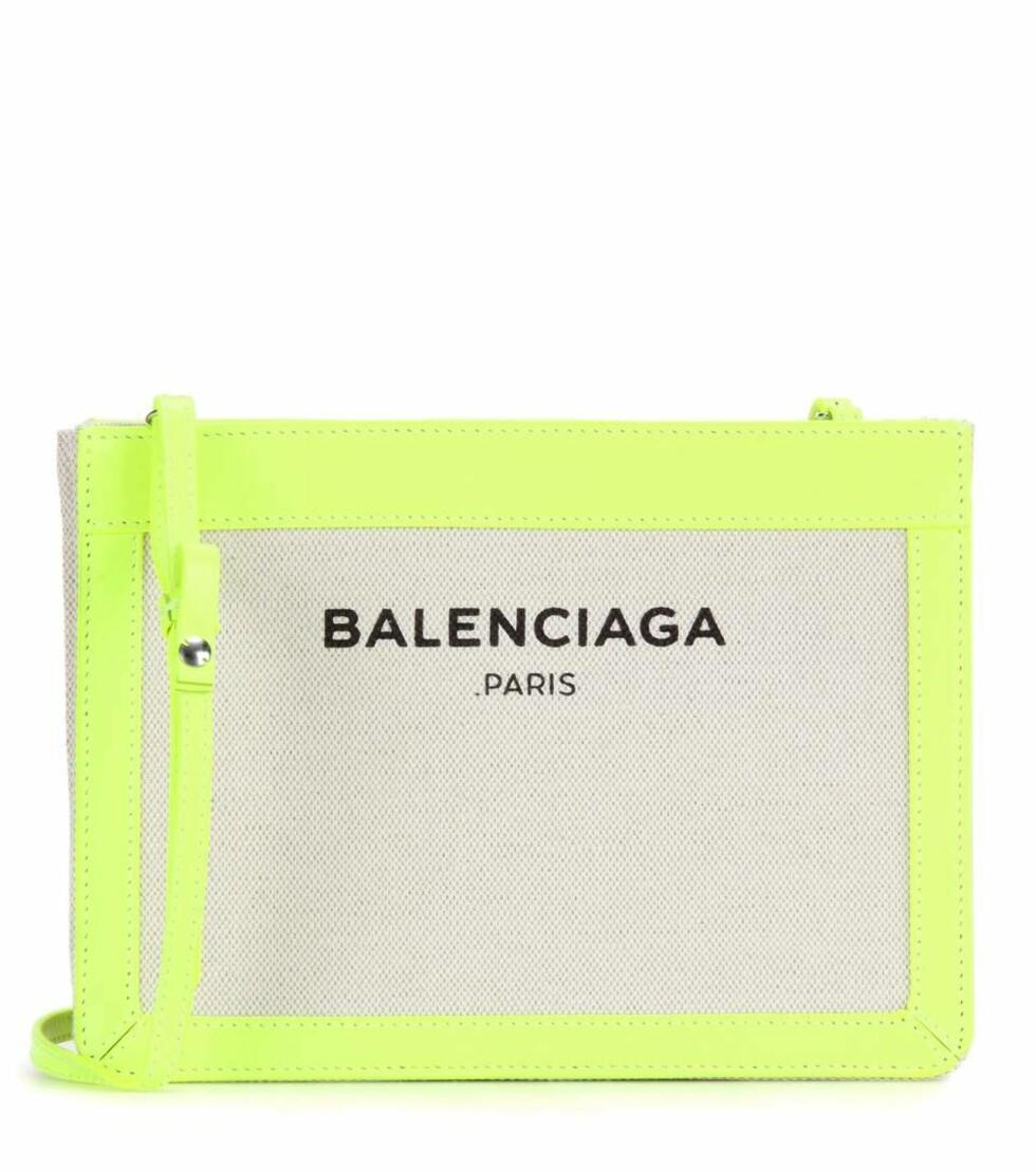 Veske fra Balenciaga via Mytheresa.com | kr 4819 | http://www.mytheresa.com/eu_en/leather-and-canvas-shoulder-bag-601195.html?catref=category