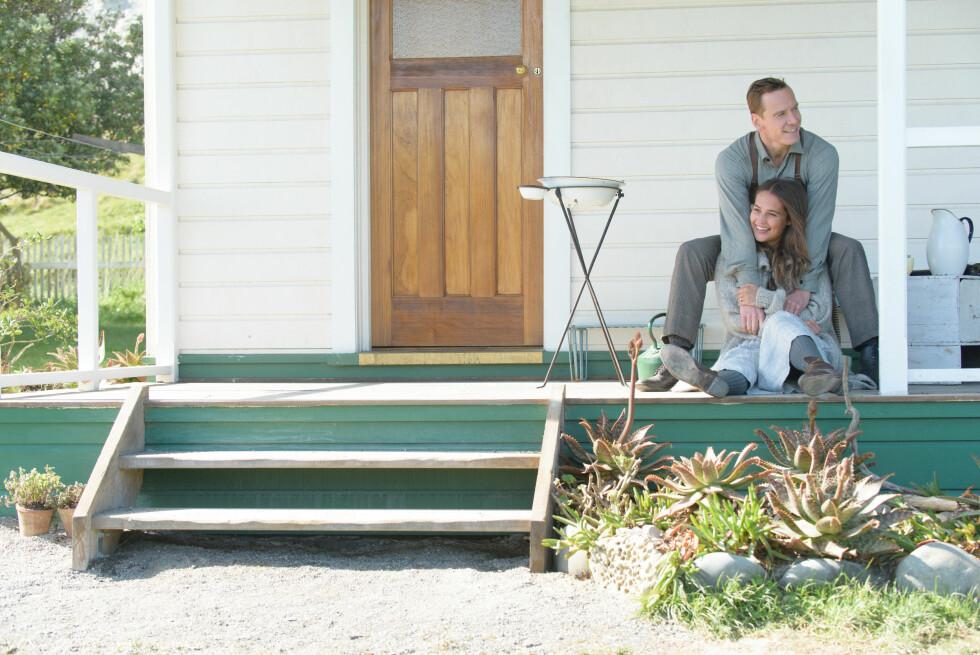 SAMMEN PÅ FILM: Alicia Vikander spiller mot kjæresten Michael Fassbender i filmen «The Light Between Oceans» som har norgespremiere 30. september. Foto: NTB Scanpix