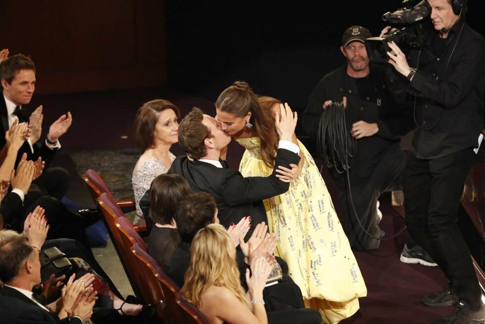 VISTE KJÆRLIGHETEN: Michael Fassbender gratulerte kjæresten Alicia Vikander med Oscar-prisen hun fikk i februar - og dette var første gang de viste kjærligheten offentlig. De har vært et par siden 2014. Foto: NTB Scanpix
