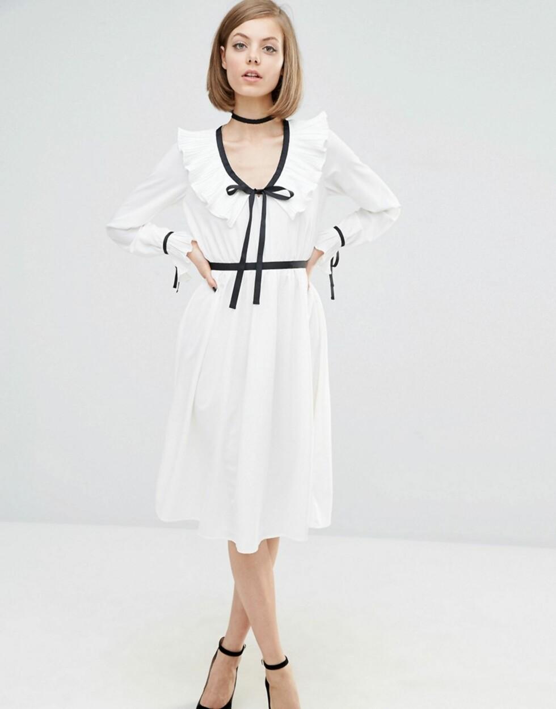 Hvit kjole med sorte snøredetaljer fra Lost Ink via Asos.com   kr 538   http://www.asos.com/Lost-Ink/Lost-Ink-Contrast-Trim-Dress-With-Frill-Detail/Prod/pgeproduct.aspx?iid=6902533&cid=8799&Rf-200=5&Rf-800=-1,104&sh=0&pge=0&pgesize=204&sort=-1&clr=White&totalstyles=364&gridsize=3