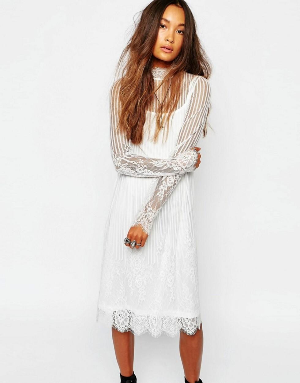 Hvite blondekjole med gjennomsiktige partier fra Navy London via Asos.com   kr 705   http://www.asos.com/Navy/Navy-London-High-Neck-Sheer-Lace-Dress/Prod/pgeproduct.aspx?iid=6554178&cid=8799&Rf-200=5&Rf-800=-1,104&sh=0&pge=1&pgesize=204&sort=-1&clr=White&totalstyles=366&gridsize=3