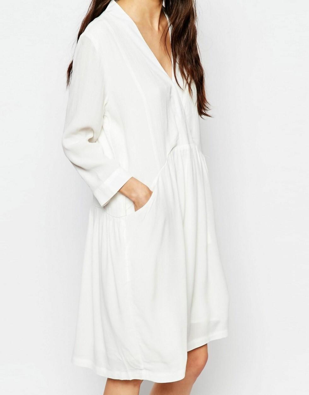 Hvit kjole med lommer foran fra Just Female via Asos.com   kr 1076   http://www.asos.com/Just-Female/Just-Female-Lola-Smock-Dress-in-White/Prod/pgeproduct.aspx?iid=6461257&cid=8799&Rf-200=5&Rf-800=-1,104&sh=0&pge=1&pgesize=204&sort=-1&clr=White&totalstyles=366&gridsize=3