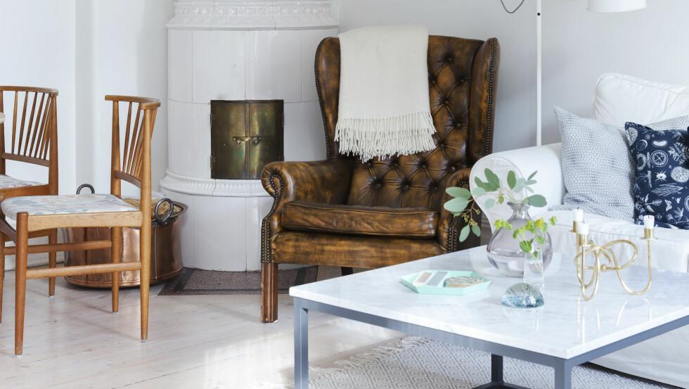 PYNT TIL STUEN: Den fantastiske kakkelovnen er et eneste stort smykke i stuen.    Foto: Karin Johansson
