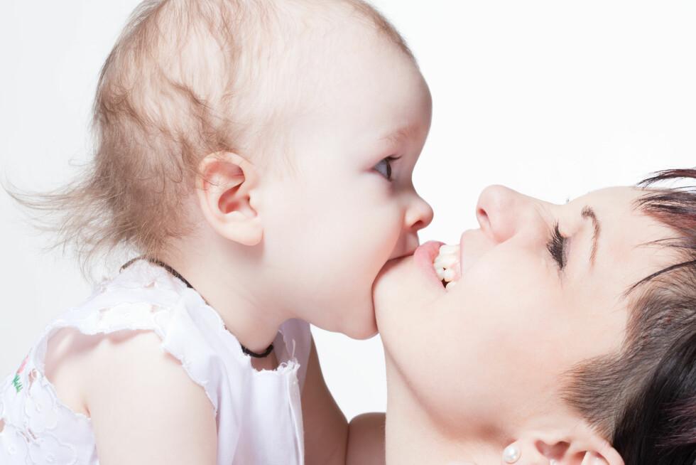 SMAKE PÅ MOR: Barn går gjennom en oral fase der de putter alt i munnen, og kanskje tar man med seg litt av dette videre i livet. Foto: Shutterstock / Levichev Dmitry